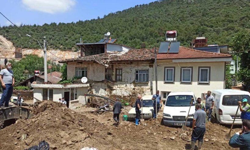 Bursa'daki selde evi hasara uğrayanlara acil yardım