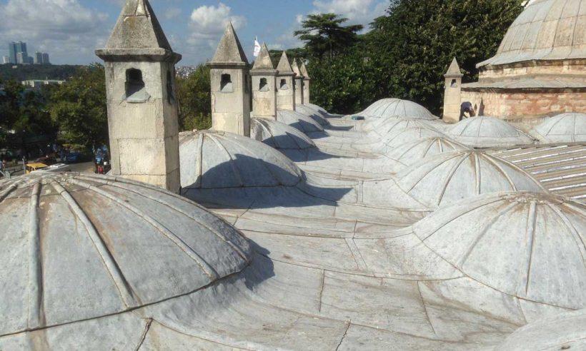 Tarihi caminin bacalarına takılan klimalar kaldırıldı