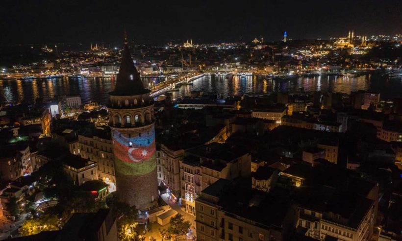 Galata'ya Azerbaycan bayrağı yansıtıldı