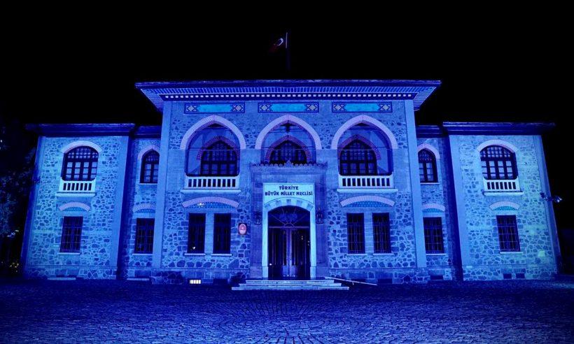 Tarihi yerler maviye büründü