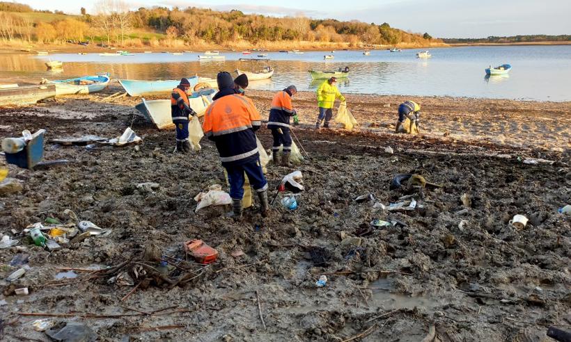 Sular çekildi, 40 ton çöp temizlendi