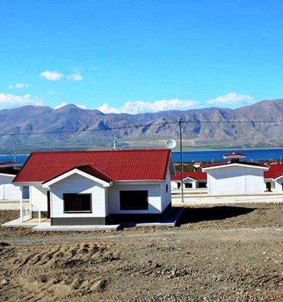 Depremzedeler için inşa edilen köy tipi konutlar tamamlanıyor